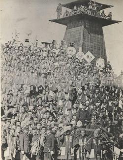 明治14年頃出初め式時の鐘の前に勢ぞろいした消防組